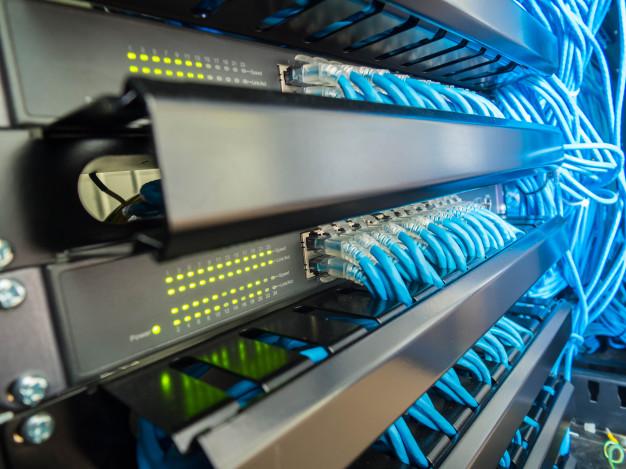 interruptor-red-cables-ethernet-gabinete-rack_51126-8